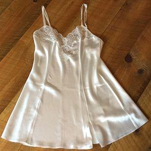 Victoria's Secret white chemise gown Medium EUC